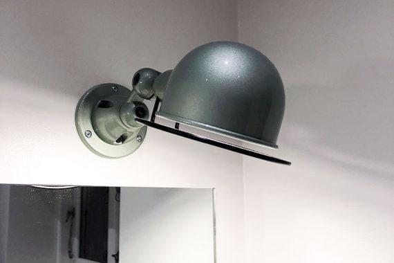 Design lampe monteret over spejl på badeværelse