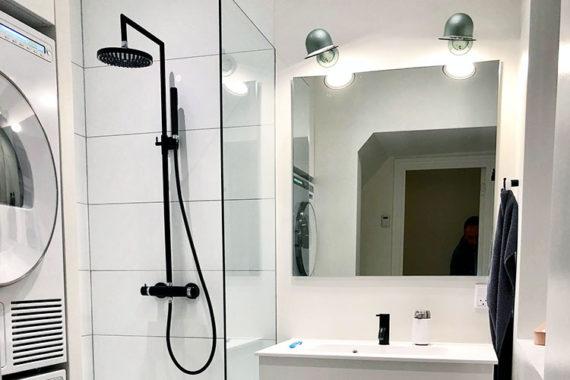 Montering af design lamper på badeværelse i Odense