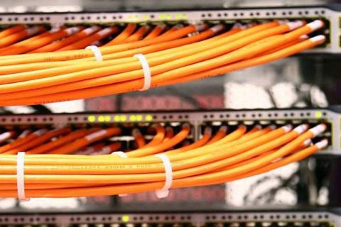 Krydsfelt med patchkabler udført af elektriker