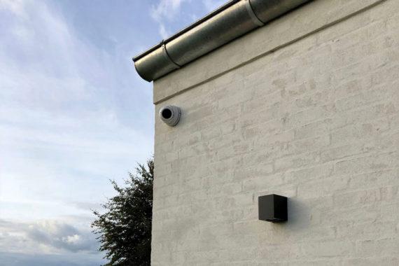 Væg med lampe og overvågnings kamera
